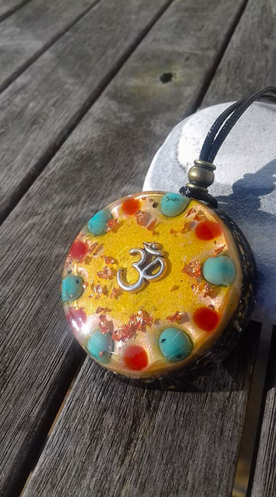 Orgonite Grand pendentif rond ' Om sign '