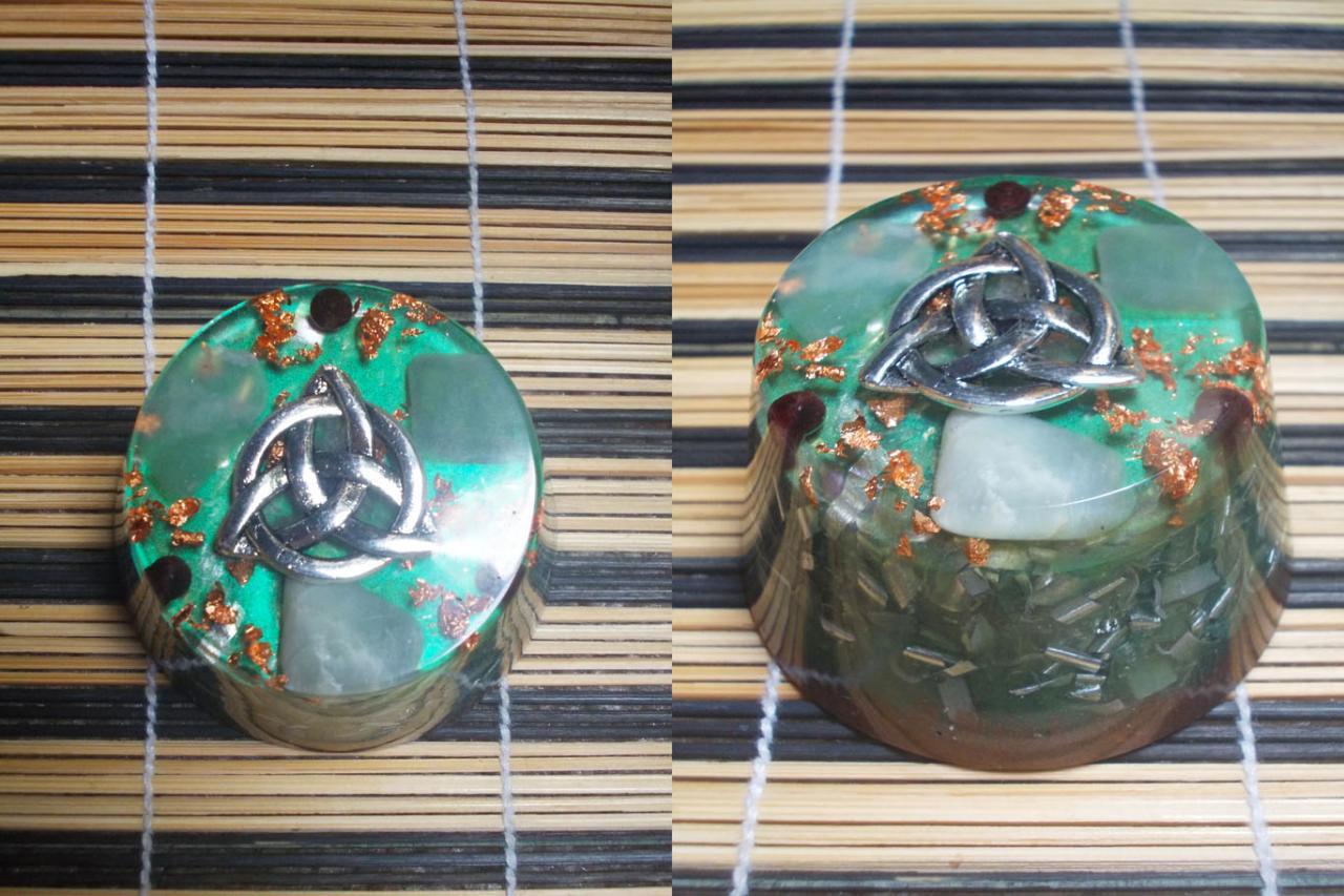 Cylindrique avec grenat et jade;